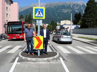 Helmut Buchacher und Philip Wohlgemuth an der neuen Schutzweganlage.