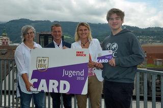 Vizebürgermeister Christoph Kaufmann (2. V .l.), Christina Krenmayr (Stadtbücherei), Birgit Ginter (Kinder- und Jugendförderung) und Tobias Zoller (Jugendrat; v. l.) präsentierten die neue JugendCard.