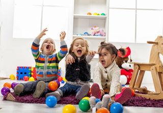 Spielerisches Lernen: Zweisprachigkeit hat viele Vorteile, unter anderem fördert es die Kreativität der Kleinen.