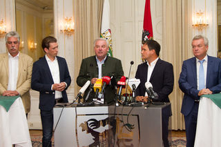 Hilfe für Unwetter-Betroffene: Hans-Jörg Schelling, Sebastian Kurz, Hermann Schützenhöfer, Michael Schickhofer und Anton Lang (v. l.)