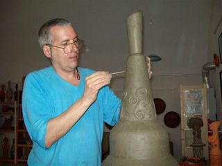 Keramikkünstler József Papp in seinem Atelier