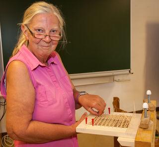 Herta Berger aus Hofkirchen zählt bereits zu den Stammgästen. Sie war heuer zum dritten Mal dabei – diesmal im Sesselflechtkurs von Gerhard Stöglehner.