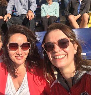 Fans: Lara Köck und Bundessprecherin Ingrid Felipe (r.) bei der Damenfußballeuropameisterschaft in Wien.