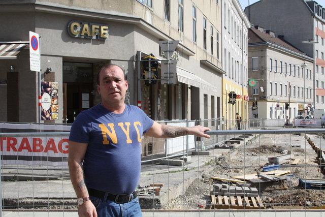 Direkt vor dem Café Backeck von Jerjes Freij wird gearbeitet.