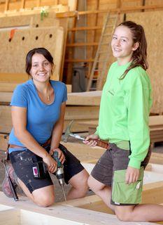 Frauenpower auf der Baustelle (von links): Andrea Scheuchenpflug, Kristina Aumayr.