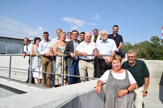 Abwasserverband-Vorstand Erik Mikura (4.v.re) und Geschäftsführer Kiril Atanasoff-Kardjalieff (re) mit Vertretern der Verbandsgemeinden Korneuburg, Bisamberg, Leobendorf, Spillern, Hagenbrunn und Leitzersdorf.