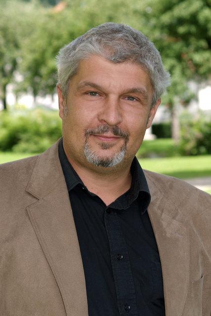 Andreas Schuh ist verheiratet, Vater von zwei Töchtern und arbeitet als Versicherungskaufmann.