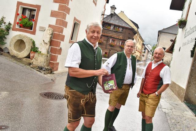 Edi Fuchsberger, Egon Setznagel und Albert Planitzer freuen sich auf das Volkskultur-Nachschlagewerk, das zurzeit noch in Druck ist.