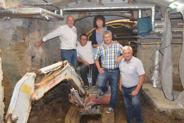 Sie wollen den unbenutzten Rathauskeller neu beleben: Bgm. Georg Rosner, SR Ilse Benkö, Rene und Hans Pöll