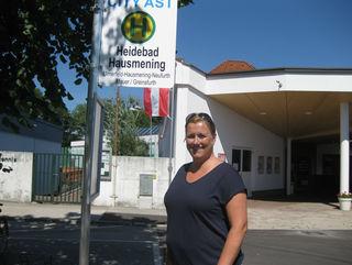 Gemeinderätin Beate Hochstrasser bei der neuen Haltestelle