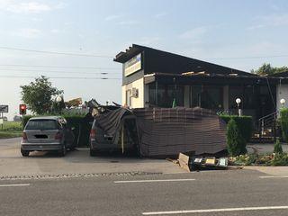 Das Dach landete am Geländewagen.