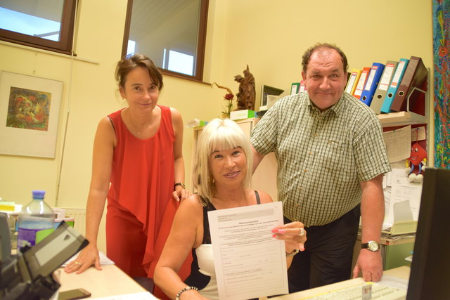 Bürgermeister Andreas Arbesser und Amtsleiter-Stellvertreterin Elisabeth Lux mit Regina Kaintz-Schalko, die im Bürgerservice ratlosen Zweitwohnsitzern beim Ausfüllen des Evidenzblattes hilft.