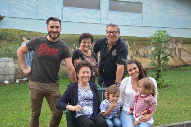 Die Winzerfamilie Körper-Faulhammer: Markus, Karin und Walter Faulhammer (hinten); Oma Hildegard, Louis, Kristina und Mara