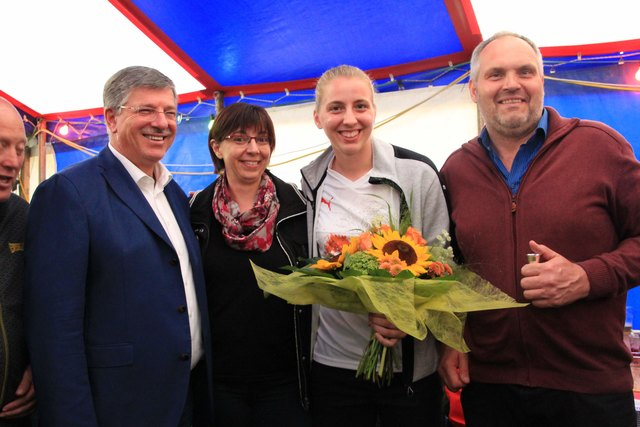 v.l. Bürgermeister Alois Thurner mit der stolzen Familie Schiechtl
