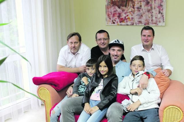 Das Team der BezirksRundschau Freistadt verabschiedet Markus Gutenbrunner (auf der Couch mit seinen Kindern Jakob, Lena und Max) nach Fernost.