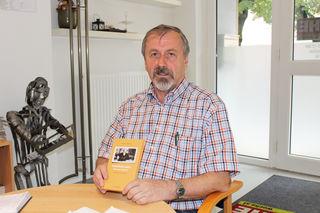 """Historiker Ernst Lasnik mit dem neuesten Kloepfer-Buch """"Heimliche Liebe"""", für das er das Vorwort schrieb."""
