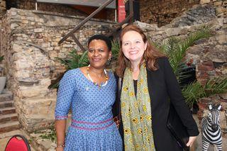 Winzerin Nondumiso Pikashe und Liana Hattingh von der südafrikanischen Botschaft auf Burg Obervoitsberg