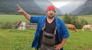 Petutschnig Hons, im wahren Leben Wolfgang Feistritzer, gibt in einem Video Konter