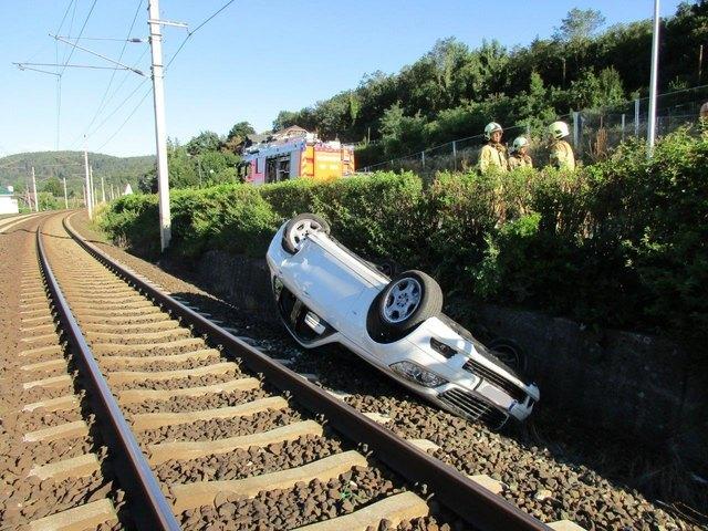 Ein geparktes Auto wurde auf die Bahngleise geschleudert. Die Klagenfurter Einsatzkräfte haben es heute früh geborgen