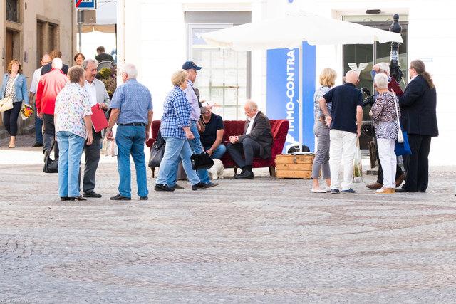 Rotes Sofa für Gäste des Bürgermeisters und seiner Helfer am Täglichen Markt.
