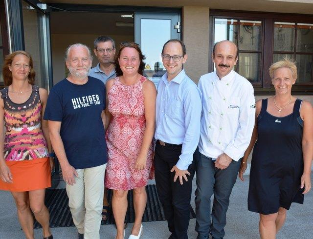 Die neue Leiterin (Mitte) mit Administrator Karl Böhm, Jürgen Kirchner, Gerhard Breunhölder und den Sekretärinnen.                Foto: jm
