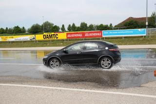 Plötzlich auftauchende Wasserhindernisse verlangen den Teilnehmern auf nasser Fahrbahn schnelle Reaktionen ab.