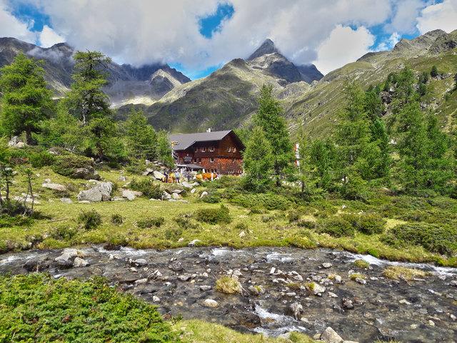 Die Lienzer Hütte auf der Sonnenseite der Hohe Tauern. Im Hintergrund der Glödis 3206 m