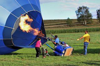 Es dauert nicht lange und der Ballon schwebt am Himmel