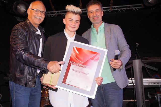 St. Johanns Bürgermeister Günther Mitterer (li.) mit Preisträger Markus Manzl und Kulturstadtrat Rupert Fuchs.