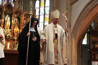 Im Rahmen der feierlichen Benediktion in der Stiftskirche Nonnberg übergab Erzbischof Franz Lackner am Sonntagnachmittag Ring und Hirtenstab an Äbtissin Veronika Kronlachner.