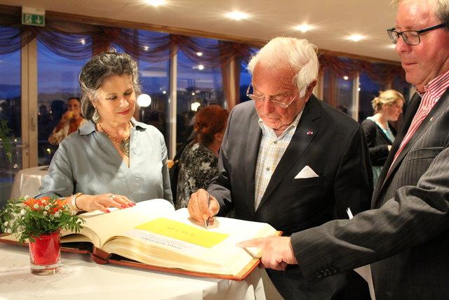 Ioan Holender – Staatsoperndirektor a. D. beim Eintragen in das Goldene Buch der Stadt mit Bgm. Hedi Wechner.