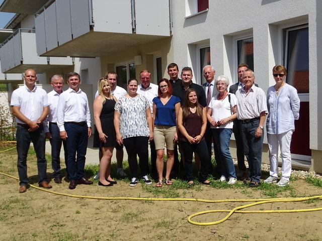 Die neuen Mieter  u.a. mit Vertretern der Gemeinde und von Rottenmanner sowie mit Pfarrer Christoph Wiesler.
