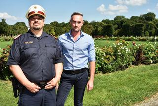 Chefinspektor Friedrich Scheifinger und Gerd Koch von den Österreichischen Bundesgärten beim Rundgang mit der bz.