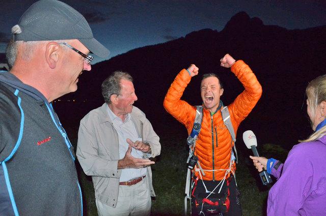 Unbändige Freude beim Weltrekordler, Johannes Gappmayer. Links im Bild sein Opa, Helmut.