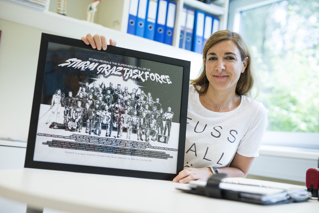 Fußball-Göttin steht auf ihrem T-Shirt: Tina Köppel-Klepp ist Teamärztin bei Sturm, hat eine Ordination in der Privatklinik Ragnitz und zwei kleine Kinder. Zeitmanagement liegt ihr, wie sie sagt.