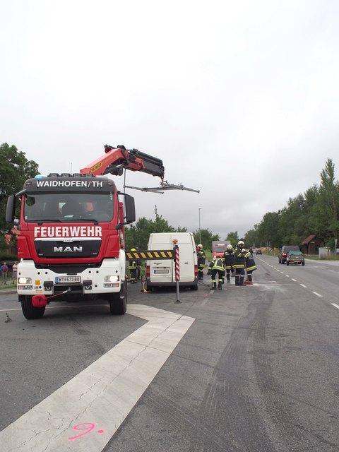 Die Mitglieder der Feuerwehr Waidhofen bei der Bergung des Lieferwagens.