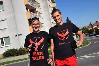 """Die beiden Spieler """"Spoil 991"""" und """"Grexi"""" gehören zum roten Team (siehe T-Shirt)."""