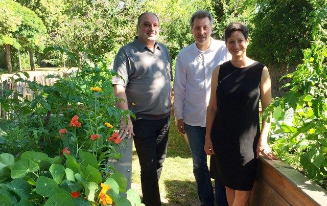Im ersten Schmelzgarten: Bezirksvorsteher Gerhard Zatlokal (l.) mit Edith Wildmann und Peter Leeb von der Initiative FRISCH.