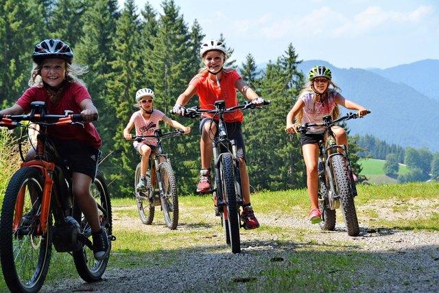 Mit den E-Bikes von Emobility, erkundeten die Mädl`s die Gegend rund um Hollenstein