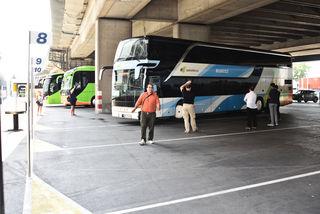 Der Busbahnhof hat wenig Charme. Die Busse stehen unter einer Brücke und Sitzplätze sind Mangelware.
