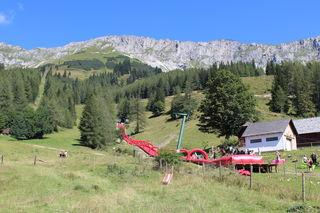 Ungewohntes Landschaftsbild: die 300 Meter lange Wasserrutsche!