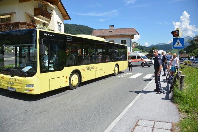 Eine 53-jährige Tirolerin kam mit ihrem E-Bike zu Sturz und verletzte sich unbestimmten Grades.