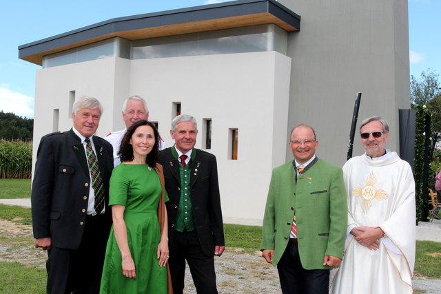 Roswitha Dautermann stellt mit Pfarrer Blasius Chodoba bei einer Kurzführung die Kleinkirche vor.