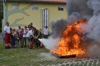 Feuer! Unter fachmännischer Anleitung übten sich die Teilnehmer in der effektiven Brandbekämpfung.