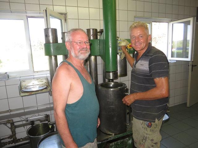 Josef Kloiber und Wolfgang Hartinger an der Ölpresse