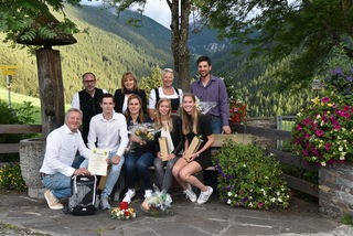 Fam. Rombeck mit Gastgeberin Maria Christ sowie den Tourismusverantwortlichen bei der Ehrung am Adelshof.