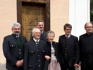 Das Diamantene Jubelpaar Josef und Huberta Kandlbauer mit Franz Feldhofer, Erich Kager, Bgm. Bernhard Spitzer und Pfarrer Franz Rechberger