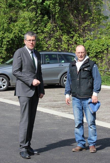 Bürgermeister Martin Schuster (l.) und Wirtschaftshof-Leiter Franz Varga setzen auf neueste Technik im Bereich der Asphaltierung und Straßensanierung.