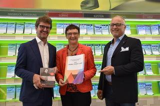 Alexander Jug (Geschäftsführer VVT), Gewinnerin Andrea Fröhlich aus Steinach und Roland Leitner (BEZIRKSBLÄTTER Tirol)