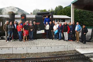 """Der """"Wirtschaftskreis-Express"""" vor der Abfahrt im Bahnhof Puchberg am Schneeberg. Viele Mitglieder ließen es sich nicht nehmen den 10. Geburtstag des Wirtschaftskreises Wiener Neustadt mit """"Volldampf"""" zu begehen."""